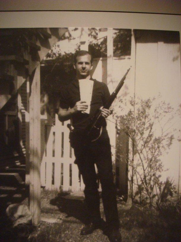lee-harvey-oswald-with-rifle