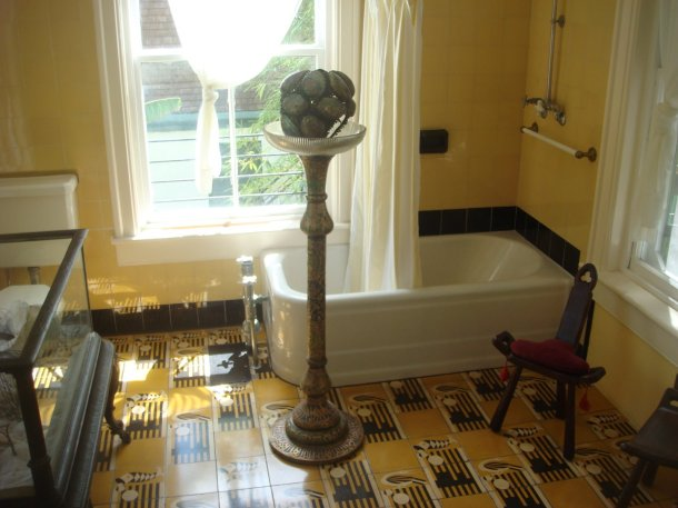 guest-bathroom-Hemingway-Home-Museum-key-west