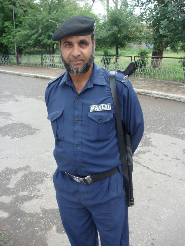 armed-guard-peshawar-pakistan