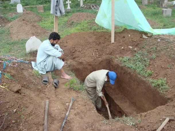 grave-diggers-pakistan