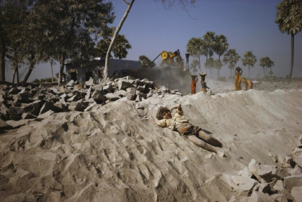 William Albert Allard, Boy Playing in Quarry Dust, Bihar, 2002