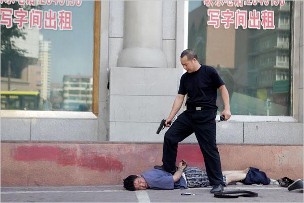 uighu-being-arrested-in-urumqi