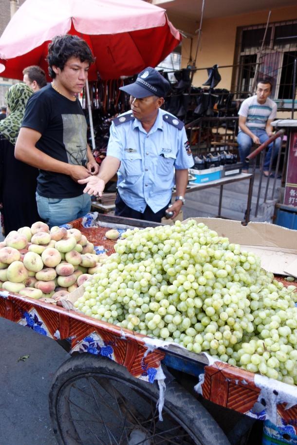 fruit-seller-xinjiang