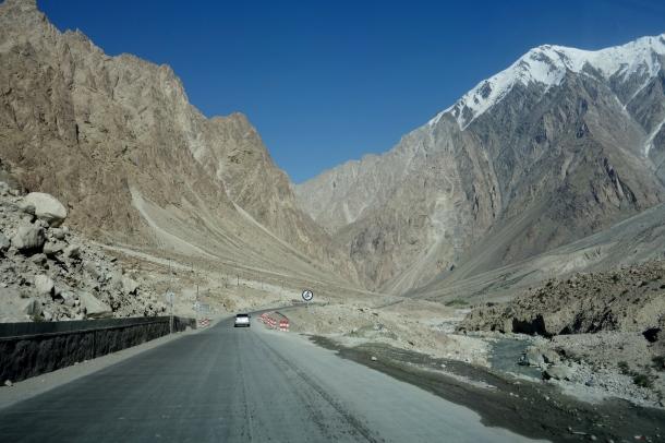 Karakoram-Highway-gez-river