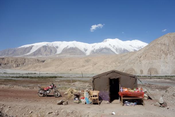 Karakoram-Highway-roadside-stand