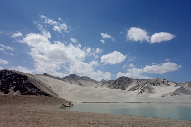 Karakoram-Highway-sand-dunes-lake