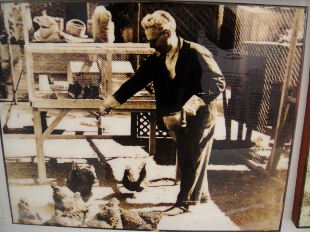 leon-trotsky-feeding-his-chickens-mexico-city