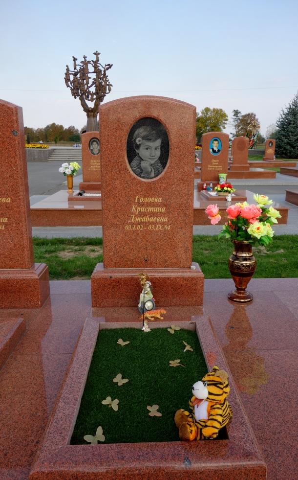 beslan-school-siege-cemetery-killed