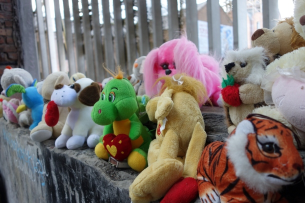 stuffed-animals-beslan-school-gym