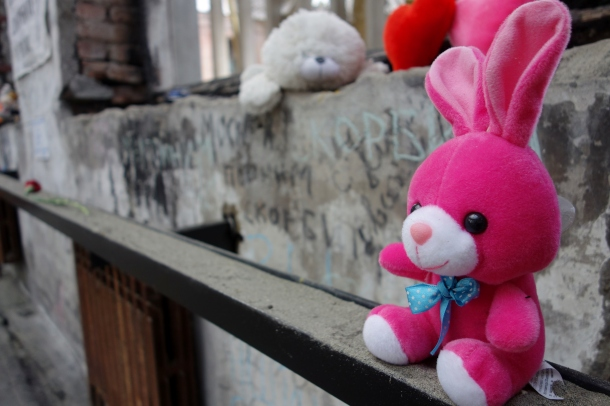 stuffed-animals-beslan-school-massacre-site
