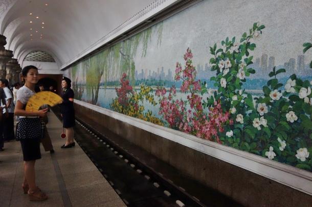 pyongyang-metro-mural