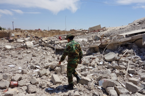 Kurdish-Peshmerga-in-ruins-of-Telskuf