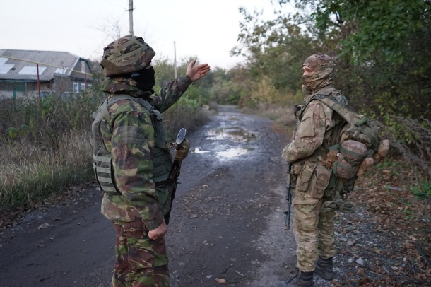 heavily-armed-ukrainian-volunteers-patrol-village-eastern-ukraine