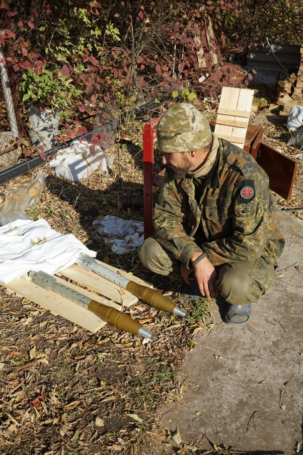 volunteer-inspecting-recoilless-rifle-rounds-ukraine